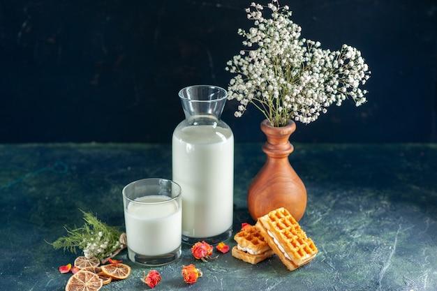 Vooraanzicht verse melk met koekjes op donkerblauwe ochtendtaart dessertcake honing ontbijtmelk