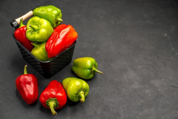 Vooraanzicht verse paprika in mand op donkere vloer maaltijdsalade kleurenfoto rijp