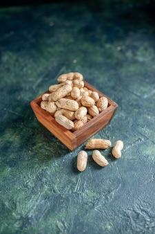 Vooraanzicht verse pinda's op donkerblauwe noot hazelnoot snack cips walnoot kleurenfoto