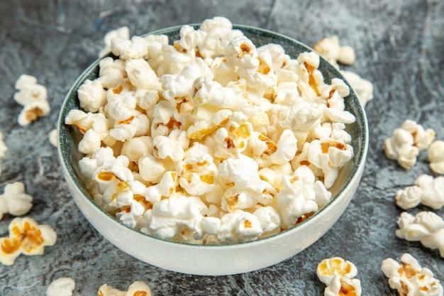 Vooraanzicht verse popcorn voor film op de lichte achtergrond