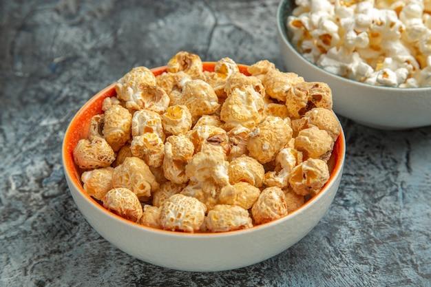 Vooraanzicht verse popcorn voor film op licht bureau snack beschuit cips