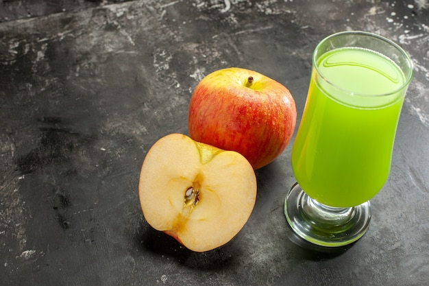 Vooraanzicht verse rijpe appel met groen appelsap op de donkere, zachte fotokleur van de sapboom