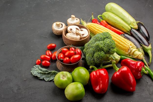 Vooraanzicht verse rijpe groenten samenstelling op een donkere tafel kleur rijp vers