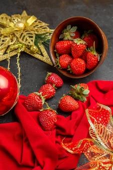 Vooraanzicht verse rode aardbeien in plaat op een donkere achtergrondfoto kleur veel fruit zacht