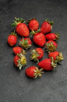 Vooraanzicht verse rode aardbeien op grijze achtergrondkleur berry tree juice zomer wild