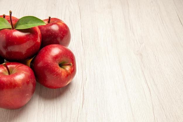 Vooraanzicht verse rode appels zacht en rijp fruit op wit bureau fruitkleur verse plant rode boom