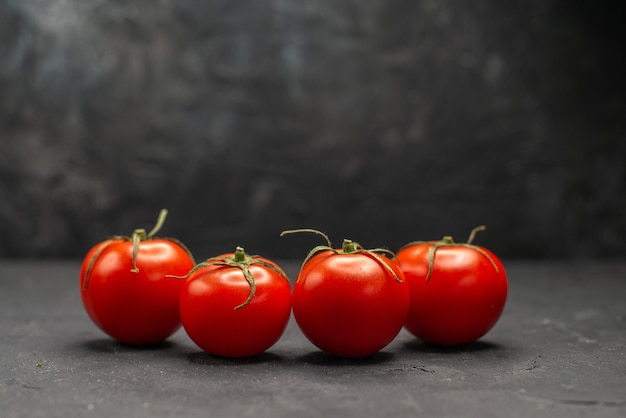 Vooraanzicht verse rode tomaten op donkere achtergrond rijpe maaltijd kleurenfoto salade