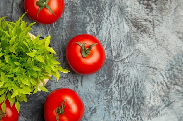 Vooraanzicht verse tomaten met groene plant