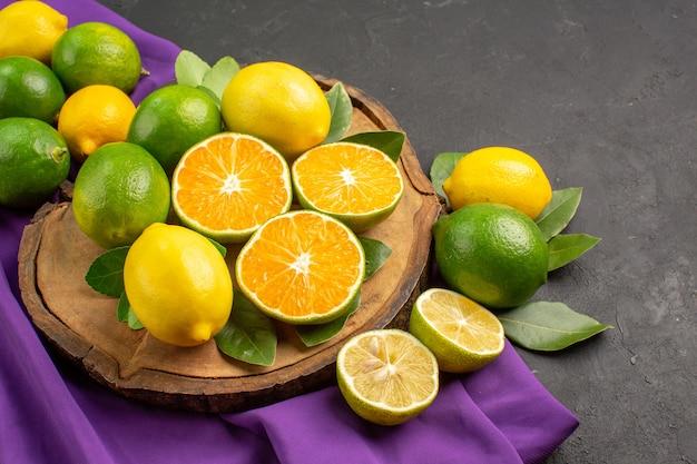 Vooraanzicht verse zure citroenen op donkere achtergrond