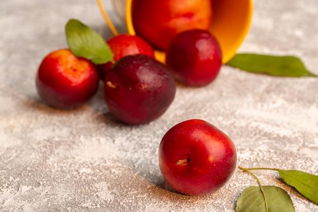 Vooraanzicht verse zure pruimen geheel fruit kleur zacht rijp