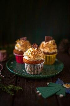 Vooraanzicht versierd cupcakes met kerst ornamenten