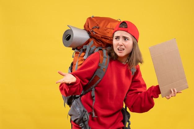 Vooraanzicht verward lifter meisje met leeg karton