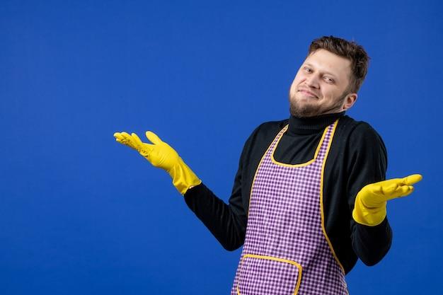 Vooraanzicht verwarde mannelijke huishoudster in zwarte trui