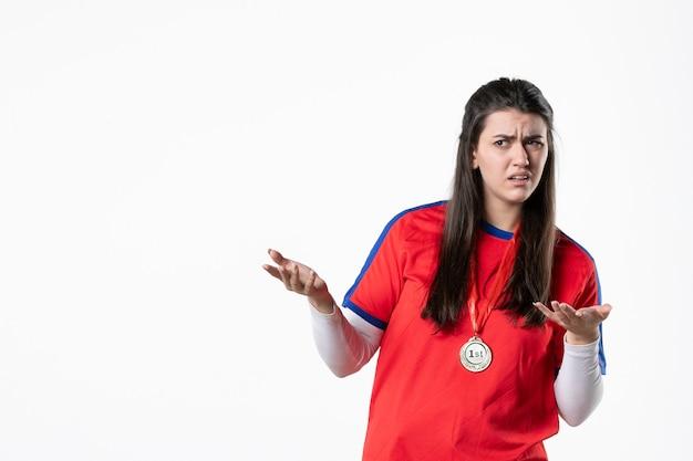Vooraanzicht verwarde vrouwelijke speler met medaille