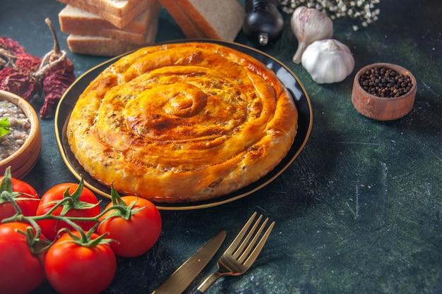 Vooraanzicht vleespastei in pan met tomaten op donkerblauwe achtergrond cake eten gebak bak koekjesdeeg oventaart