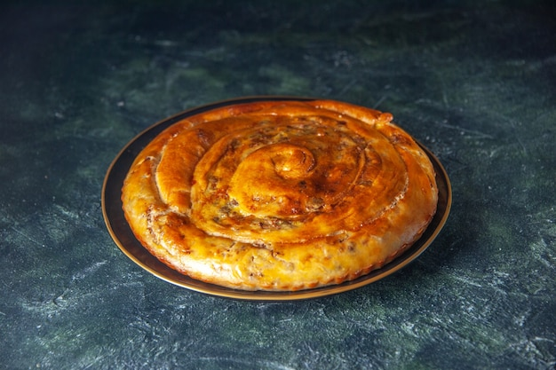 Vooraanzicht vleespastei in pan op donkere achtergrond gebak bak cake biscuit deeg kleur voedsel oven taart