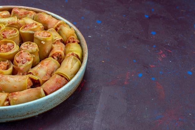 Vooraanzicht vleesrolletjes gerold met groenten in de pan op de donkere achtergrond vlees diner voedsel maaltijd groente
