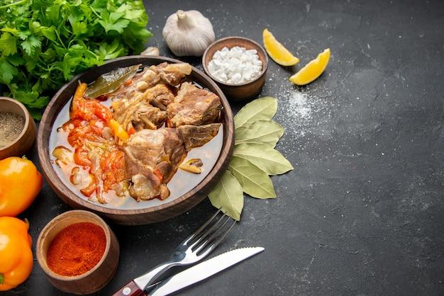 Vooraanzicht vleessoep met groenten en kruiden op grijze achtergrond vleeskleur grijze saus maaltijd warm eten aardappel foto diner schotel