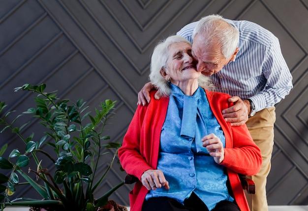Vooraanzicht volwassen man en vrouw verliefd