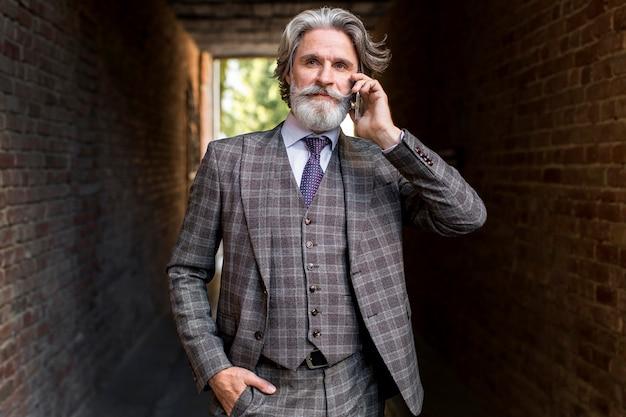 Vooraanzicht volwassen mannetje praten aan de telefoon