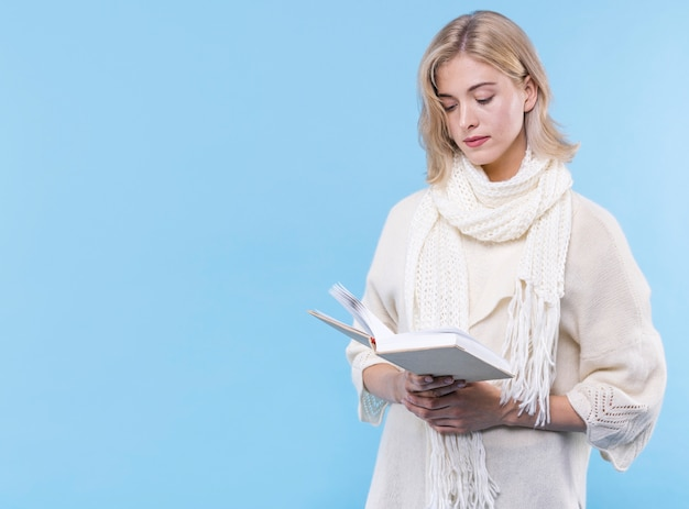 Vooraanzicht volwassen vrouw die een boek leest