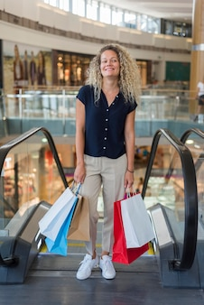 Vooraanzicht volwassen vrouw graag winkelen