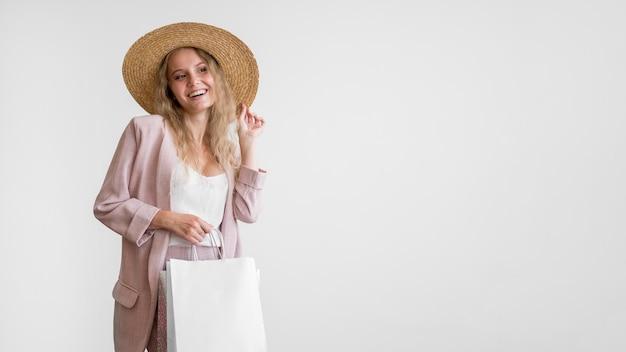Vooraanzicht volwassen vrouw met boodschappentassen
