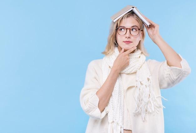 Vooraanzicht volwassen vrouw met bril