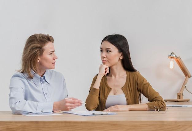 Vooraanzicht volwassen vrouwen kijken naar elkaar