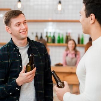 Vooraanzicht vrienden praten in café