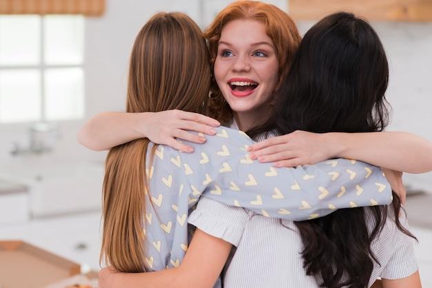 Vooraanzicht vriendinnen knuffelen