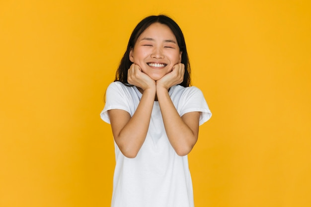 Vooraanzicht vrij jonge vrouw die lacht