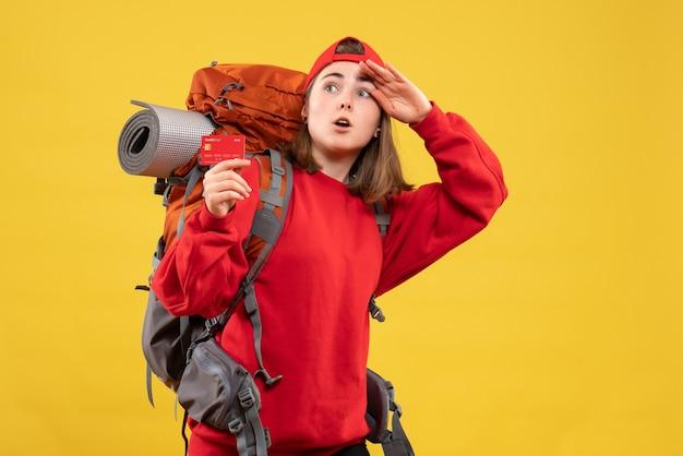 Vooraanzicht vrij vrouwelijke wandelaar met de creditcard van de rugzakholding