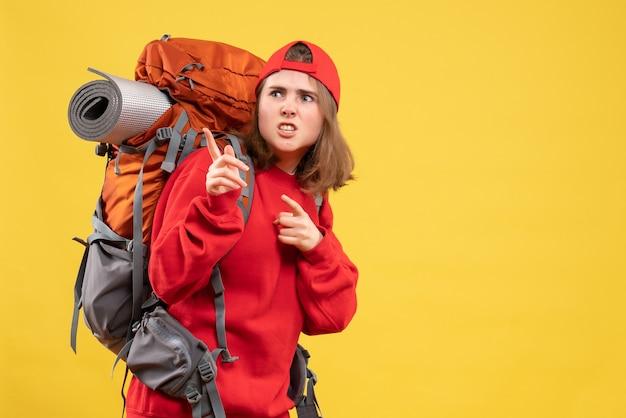 Vooraanzicht vroeg zich reizigersvrouw in rode rugzak af