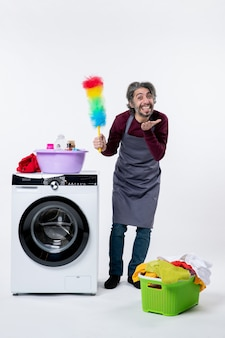 Vooraanzicht vrolijke huishoudster man met stofdoek blazen kus op witte achtergrond