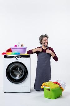 Vooraanzicht vrolijke huishoudster man staande op de knie op witte achtergrond