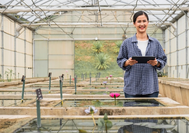 Vooraanzicht vrouw die aan een aquatische tuin werkt