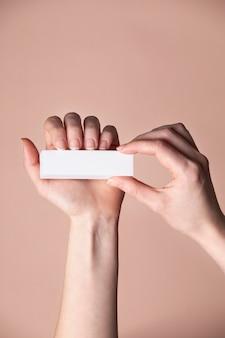 Vooraanzicht vrouw die haar nagels verzorgt