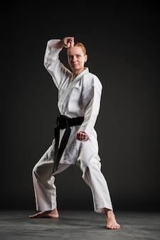 Vooraanzicht vrouw doet karate pose