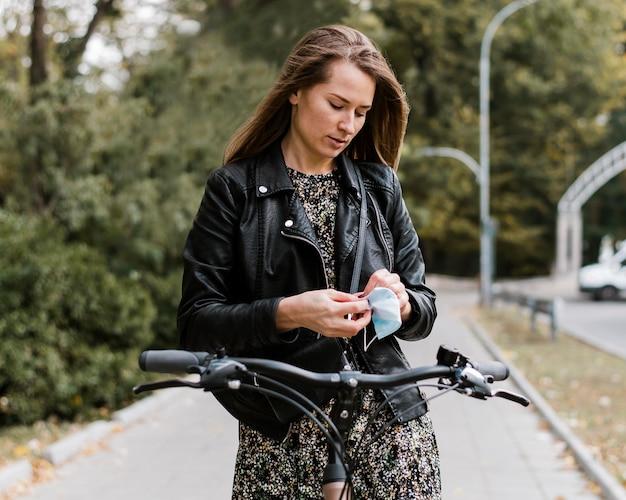 Vooraanzicht vrouw en fiets