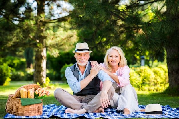 Vooraanzicht vrouw en man poseren voor de camera