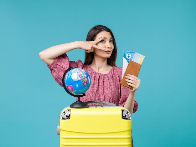 Vooraanzicht vrouw in vakantie bedrijf vliegtickets op de blauwe achtergrond zeereis vakantie vrouw reis reis