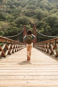 Vooraanzicht vrouw kruising brug