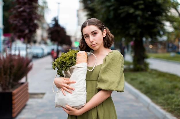 Vooraanzicht vrouw met boodschappen tas
