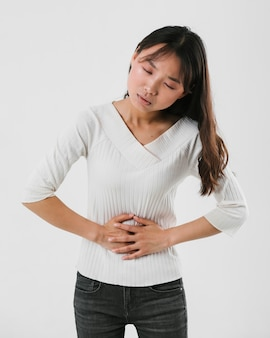 Vooraanzicht vrouw met een buikpijn