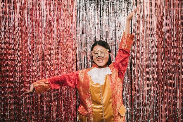 Vooraanzicht vrouw met kostuum op feestje