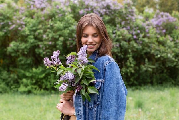 Vooraanzicht vrouw met lila bloemen