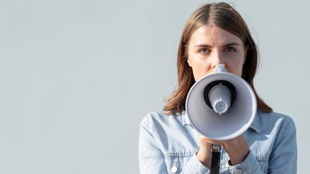 Vooraanzicht vrouw met megafoon