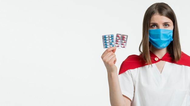 Vooraanzicht vrouw met pillen