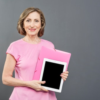 Vooraanzicht vrouw met tablet